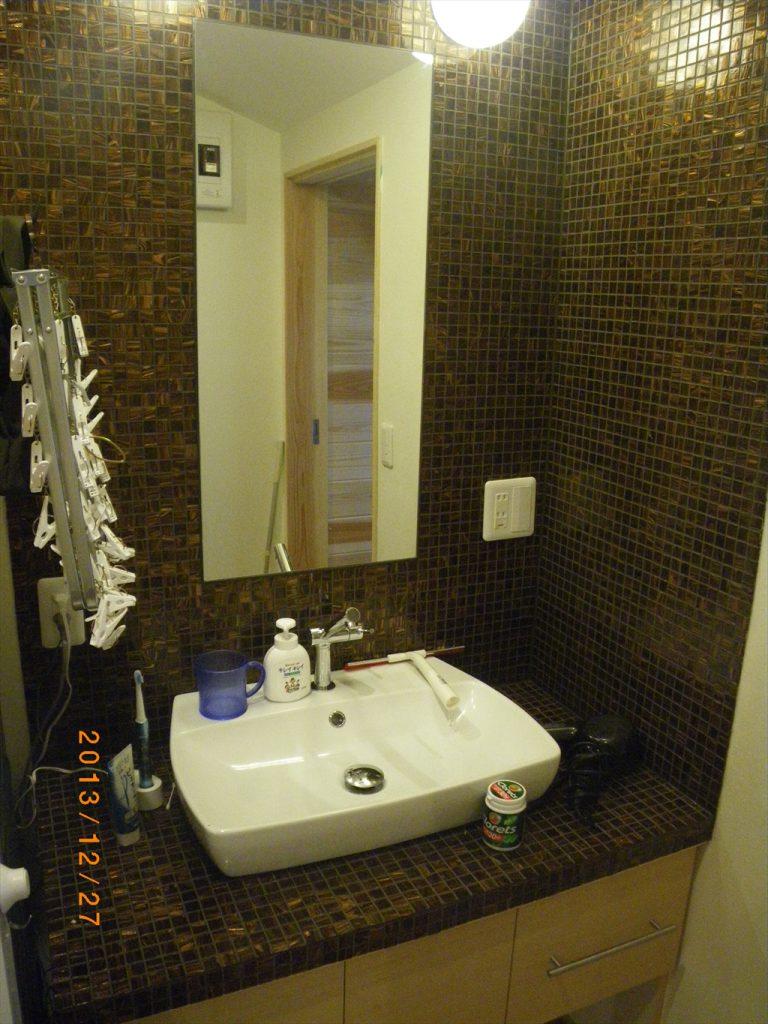ガラスタイル貼り洗面スペース